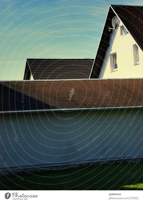 Hinter der Hecke // 2 Haus Dorf Wohnsiedlung Dach Fenster ruhig anonym komplex Bauweise Architektur Häusliches Leben Himmel Garten Strukturen & Formen