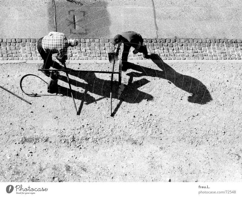 synchron Mann alt Straße Arbeit & Erwerbstätigkeit Tanzen Zusammensein Asphalt Verkehrswege Werkzeug Straßenbelag greifen Reparatur Arbeiter Schaufel Fahrbahn