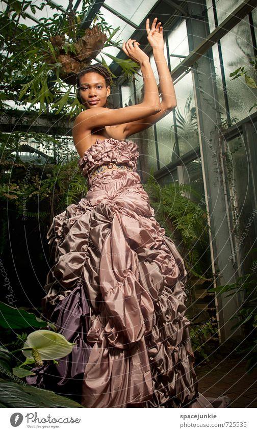 Beauty Mensch Frau Jugendliche schön grün Pflanze Junge Frau 18-30 Jahre Erotik Erwachsene feminin Bewegung außergewöhnlich Mode Metall elegant