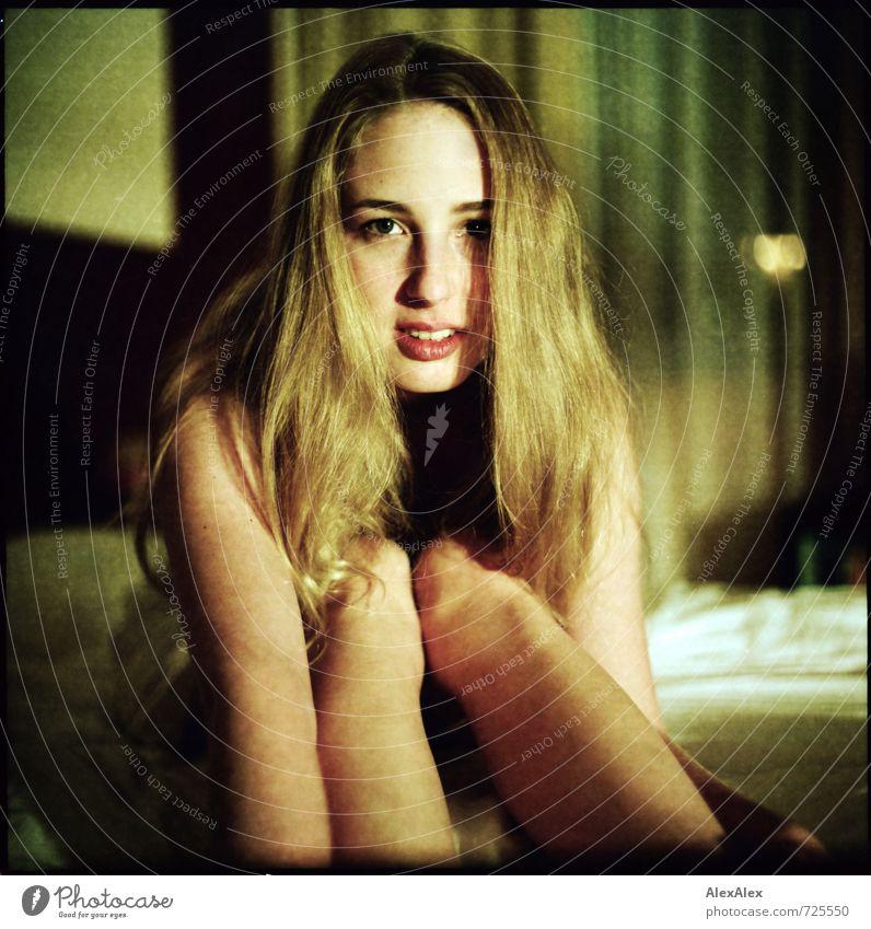 nah dran Bett Junge Frau Jugendliche Haare & Frisuren Gesicht 18-30 Jahre Erwachsene blond langhaarig beobachten Kommunizieren sitzen ästhetisch groß schön dünn