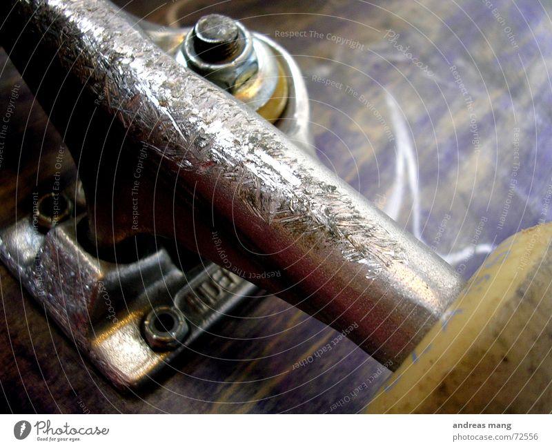 Used and old but still rollin' Lastwagen Rolle führen Hangar Kratzer gebraucht alt Aluminium unten Achse axle Schraube lenken stear used grind Parkdeck