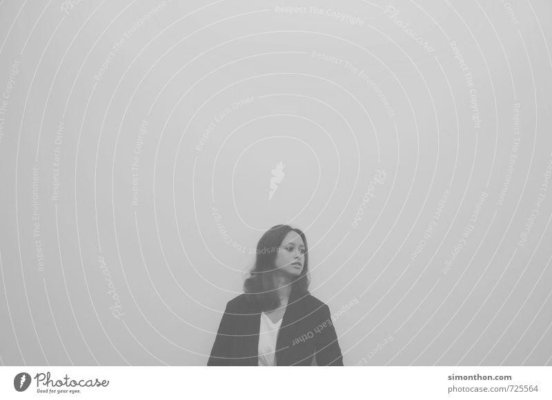 Nebel Mensch Stadt Einsamkeit Ferne Traurigkeit feminin Wege & Pfade Freiheit Zeit Stimmung träumen ästhetisch Vergänglichkeit Abenteuer Unendlichkeit Ewigkeit