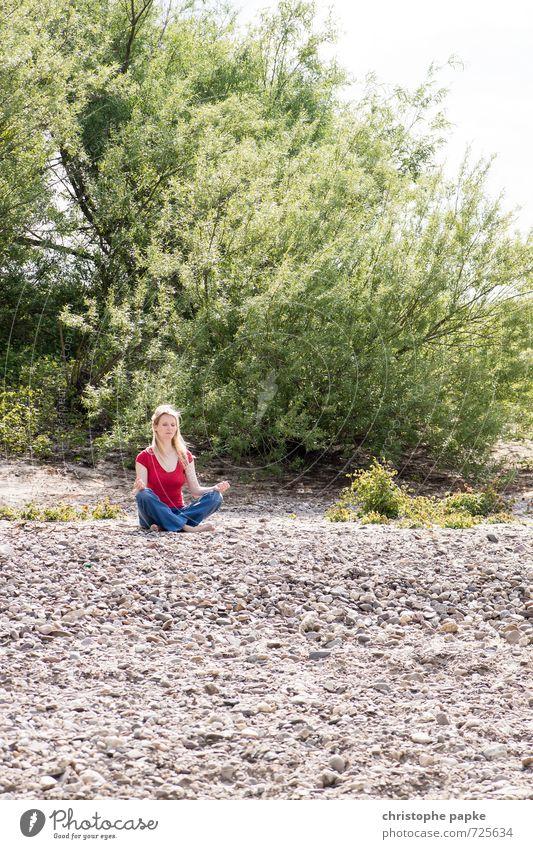 anti stress programm harmonisch Wohlgefühl Zufriedenheit Sinnesorgane Erholung ruhig Meditation Sommer Strand Yoga Junge Frau Jugendliche Erwachsene 1 Mensch