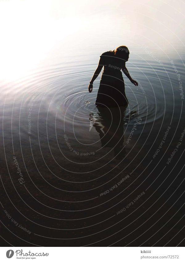 dark water dunkel See nass mystisch gruselig Einsamkeit Trauer Außenaufnahme Wasser Kreis Traurigkeit