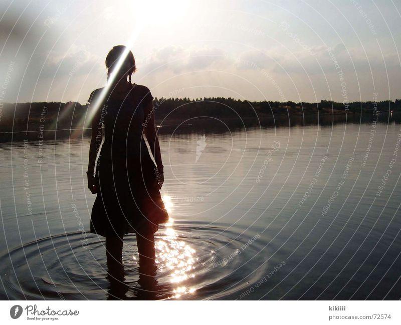 mädchen im see Sonne Einsamkeit See Beleuchtung groß Kreis stehen