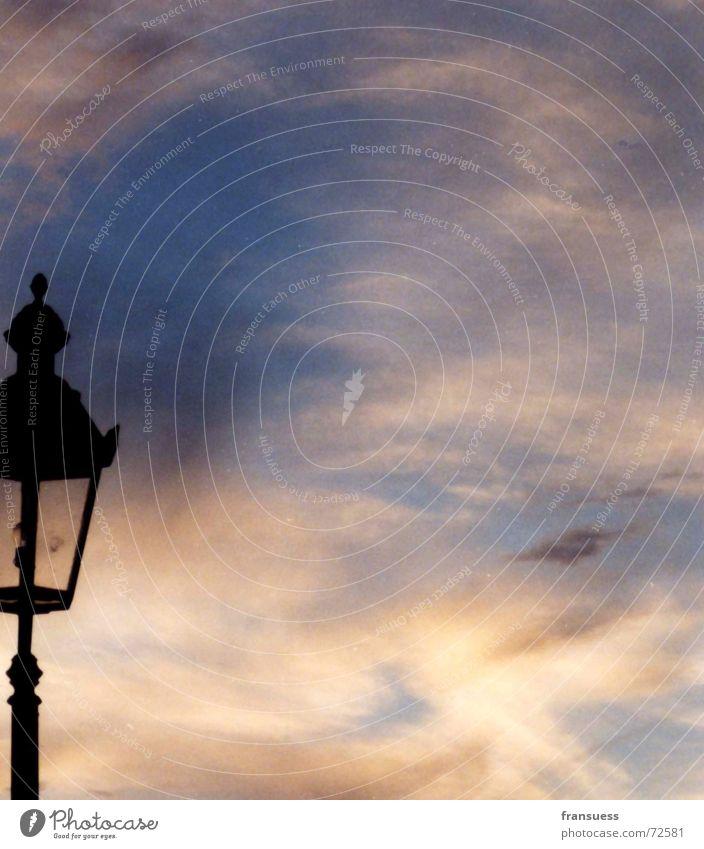 huch, wo ist denn der rest von mir? Himmel Sonne blau rot schwarz Wolken Lampe Laterne Straßenbeleuchtung Glühbirne Abenddämmerung Abendsonne
