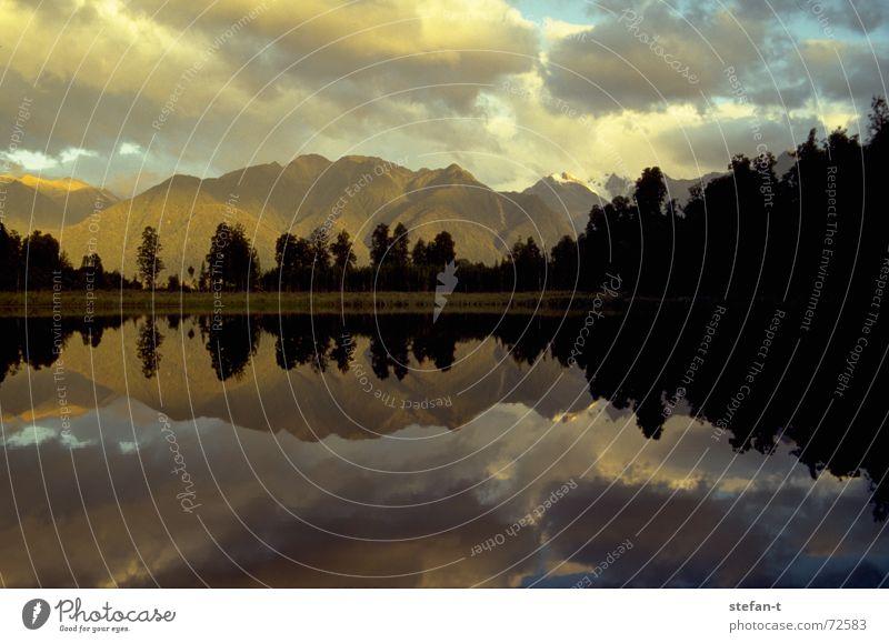 spiegel im morgen Baum ruhig Wolken Farbe oben Berge u. Gebirge See Wärme Linie Stimmung frei Horizont Morgen Physik Spiegel Mitte