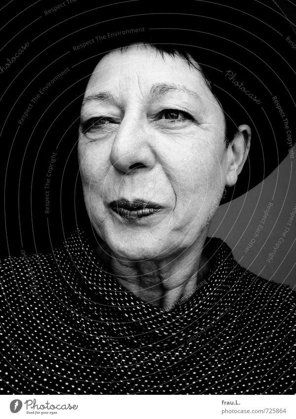 Hut Mensch feminin Frau Erwachsene Weiblicher Senior Gesicht 1 60 und älter Pullover schwarzhaarig kurzhaarig Lächeln Freundlichkeit Fröhlichkeit Freude