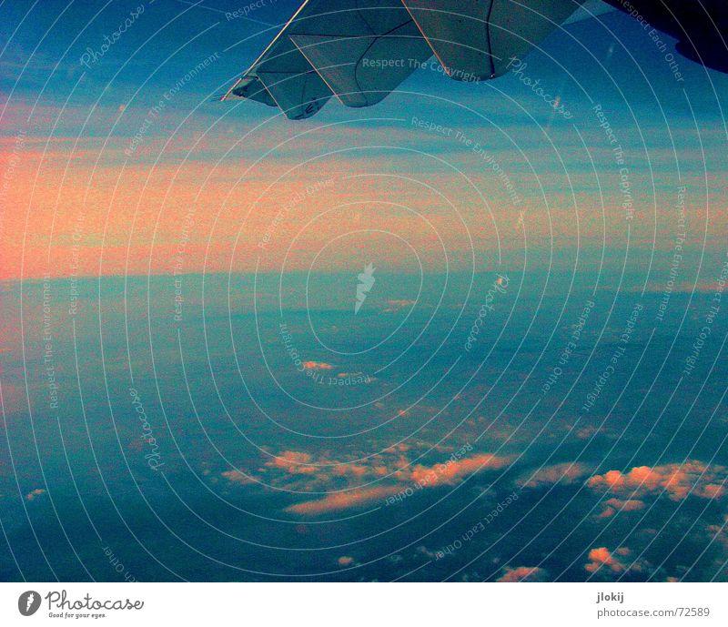Fensterplatz A14 Flugzeug Sonnenaufgang Wolken Tragfläche fliegen 5000 meter Himmel blau Kontrast Fensterblick