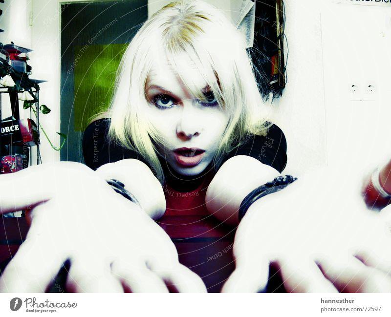 aber warum? Frau alt Gesicht Auge Haus Farbe feminin Wand Haare & Frisuren Mund blond Nase verrückt Tisch Küche Lippen