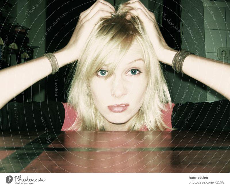 ne, nä?! beleidigt Armband Küche Tisch Wand Frau Porträt Lippen feminin verrückt blond Licht Haus Wut Ärger Farbe Auge Nase Mund Gesicht alt Haare & Frisuren