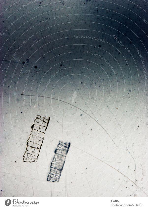 Space Oddity Glas Kunststoff alt einfach frei klein Krankheit nah trist Einsamkeit Kratzer Kratzspur Rest Klebestreifen zerbröckelt Zahn der Zeit Farbfoto
