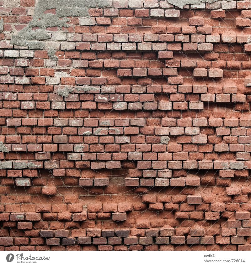 Nach dem Sturm Mauer Wand Fassade Backsteinwand alt trist ziegelrot viele Menge gerade akkurat Genauigkeit verfallen Schaden kaputt Lücke Zahn der Zeit
