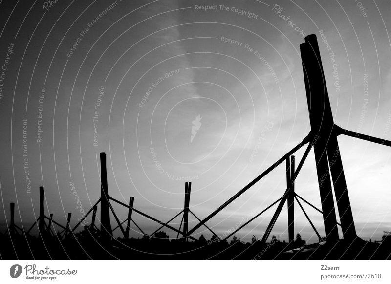 dachlandschaft s/w Dach U-Bahn Himmel abstrakt Verstrebung Gegenlicht sky Schwarzweißfoto gestänge Pfosten Verbindung Ferne Perspektive aufwärts