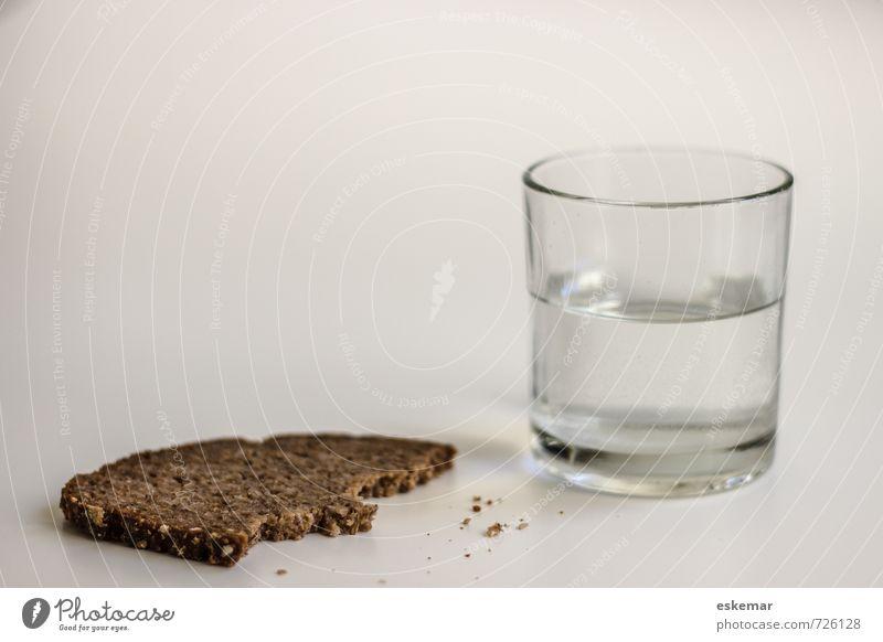 Wasser und Brot braun Lebensmittel trist Glas Trinkwasser authentisch ästhetisch Armut Ernährung einfach Getränk trocken Appetit & Hunger Backwaren Diät