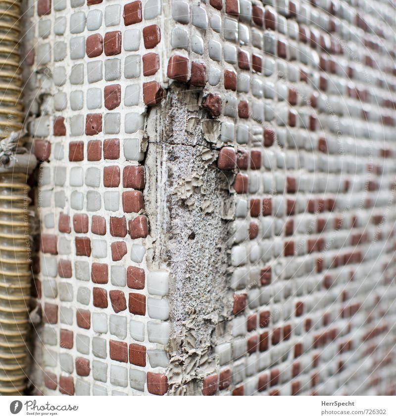 Eckschaden alt Stadt weiß rot Haus Wand Gebäude Mauer Zeit Stein Fassade Häusliches Leben trist Ecke kaputt Wandel & Veränderung