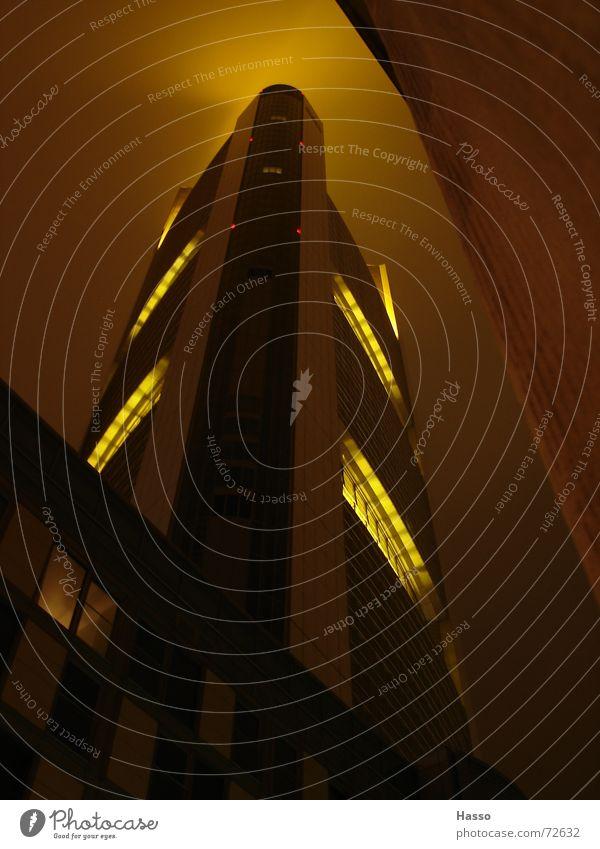 ein dickes ding... Himmel gelb hell groß Hochhaus hoch Macht Frankfurt am Main erleuchten strahlend Nachtaufnahme