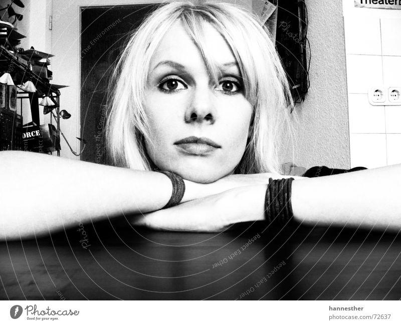 irgendwas stimmt hier nicht genervt achtsam schwarz Frau Tisch Küche trist Wachsamkeit dunkel Konzentration Porträt Durchgang Licht blond Fragen Junge Frau