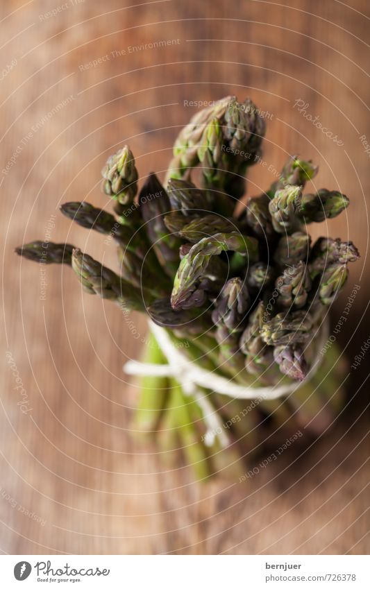 gebündelte Frühlingspower grün Frühling braun Lebensmittel stehen Schnur gut Gemüse Holzbrett Bündel Billig rustikal roh Spargel gebunden