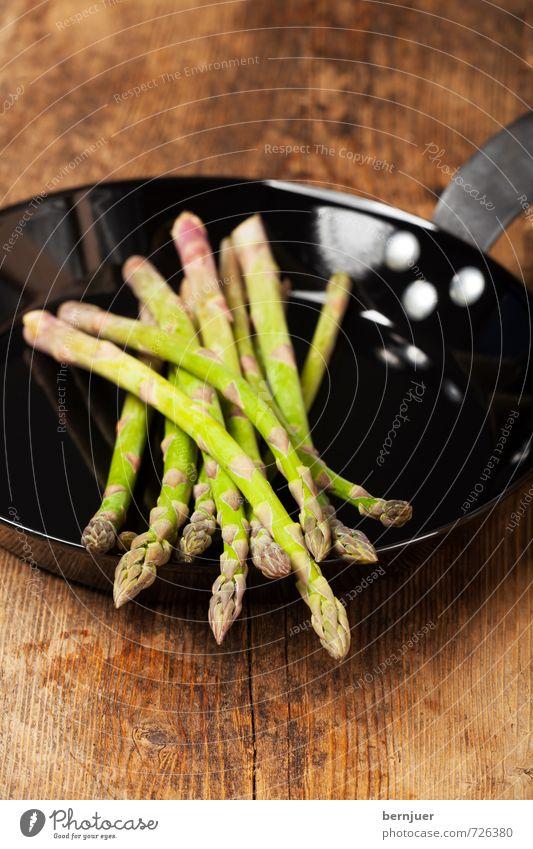 Spargelpfanne Lebensmittel Gemüse Bioprodukte Vegetarische Ernährung Slowfood Pfanne Essen braun grün schwarz Eisenpfanne Holzbrett Holztisch roh Portion