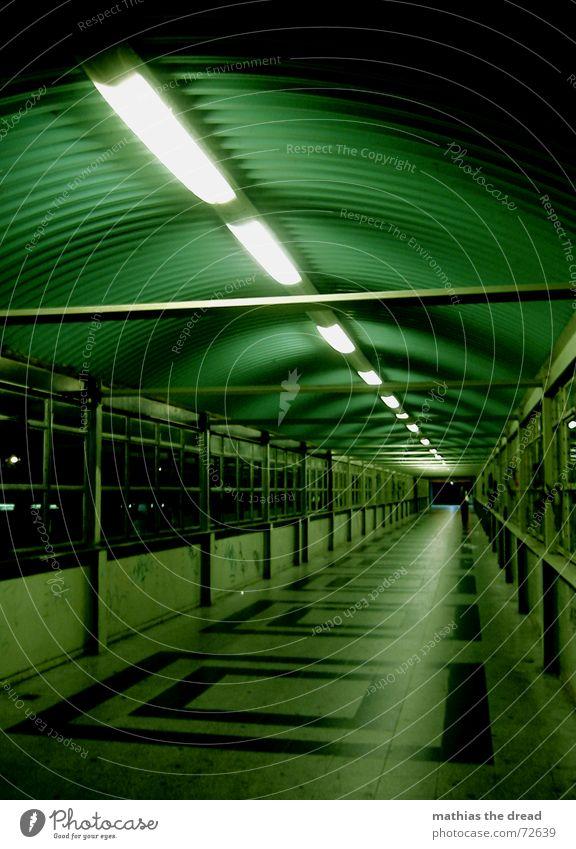 Der Lange Jammer Quadrat grün Fenster Licht Einsamkeit Symmetrie Muster dunkel gefährlich Fluchtpunkt Nacht Tunnelblick Neonlicht Friedrichshain