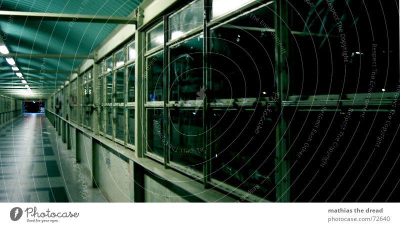 One Way Einsamkeit dunkel Berlin Fenster Beleuchtung leer Perspektive gefährlich bedrohlich Fliesen u. Kacheln Quadrat Tunnel Neonlicht Symmetrie spät