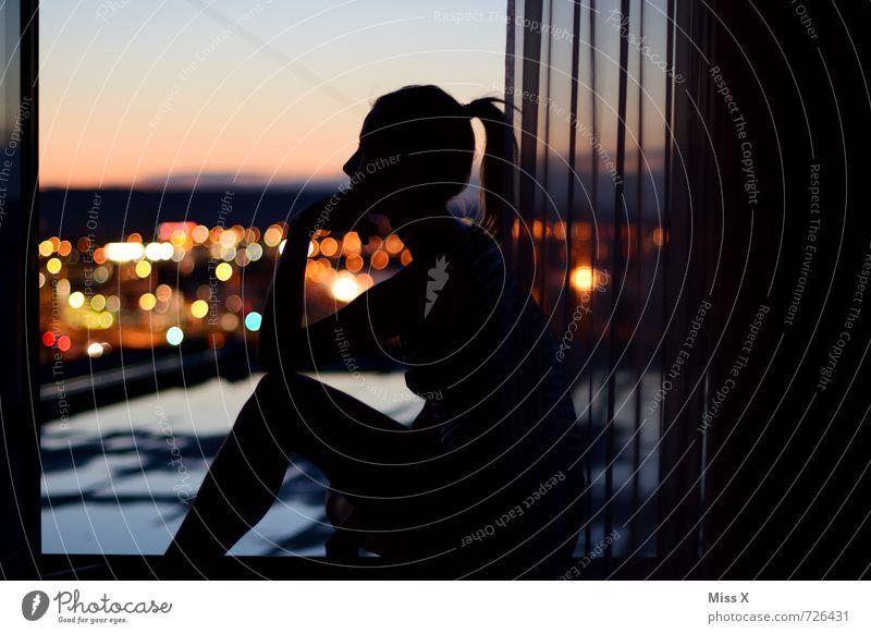 Der Denker vom Dach Häusliches Leben Wohnung Haus Mensch feminin Junge Frau Jugendliche 1 18-30 Jahre Erwachsene Stadt Skyline Hochhaus Fenster Denken leuchten