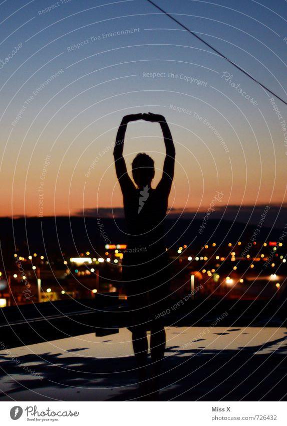 Heldin der Nacht schön sportlich Fitness Yoga Mensch feminin Junge Frau Jugendliche 1 13-18 Jahre Kind Wolkenloser Himmel Stadt Skyline Haus Hochhaus