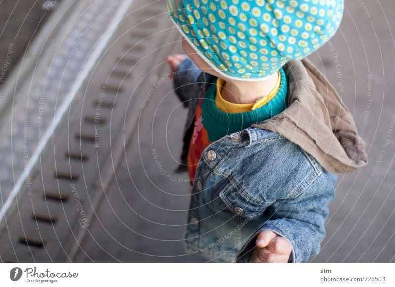 Kind wartet auf Zug Freizeit & Hobby Mensch maskulin Kleinkind Junge Familie & Verwandtschaft Kindheit Leben 1 1-3 Jahre 3-8 Jahre Straße Mode Jacke Stoff Mütze