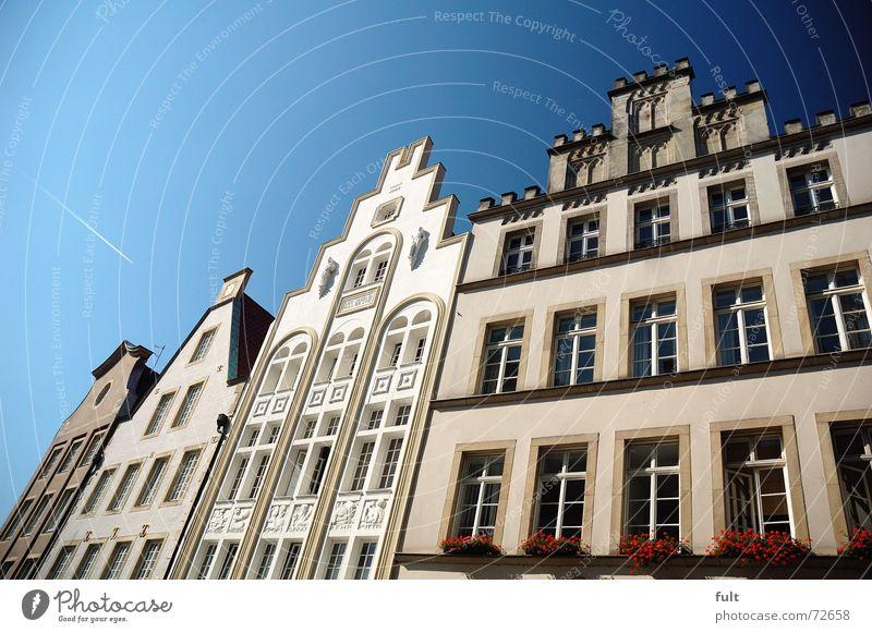 fassade3 Haus Fenster Fassade Blumenkasten Himmel Münster blau Architektur