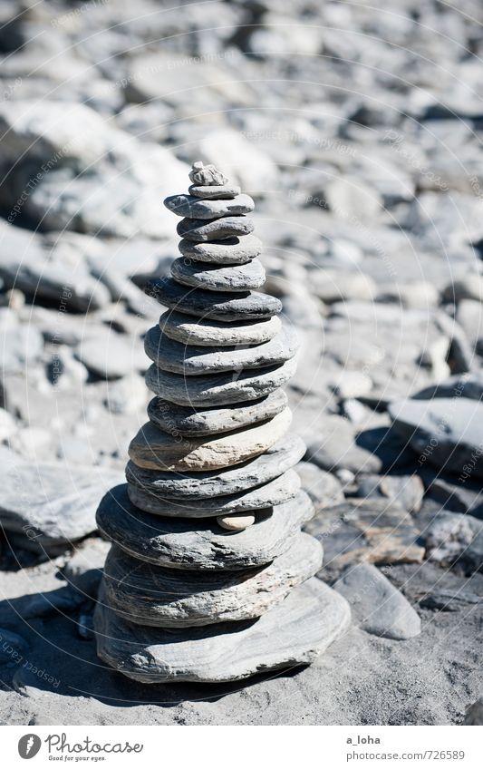 Stein auf Stein Natur Urelemente Felsen Küste Seeufer Flussufer Strand Linie einfach grau Fernweh Zufriedenheit Inspiration Kreativität Mittelpunkt Ordnung