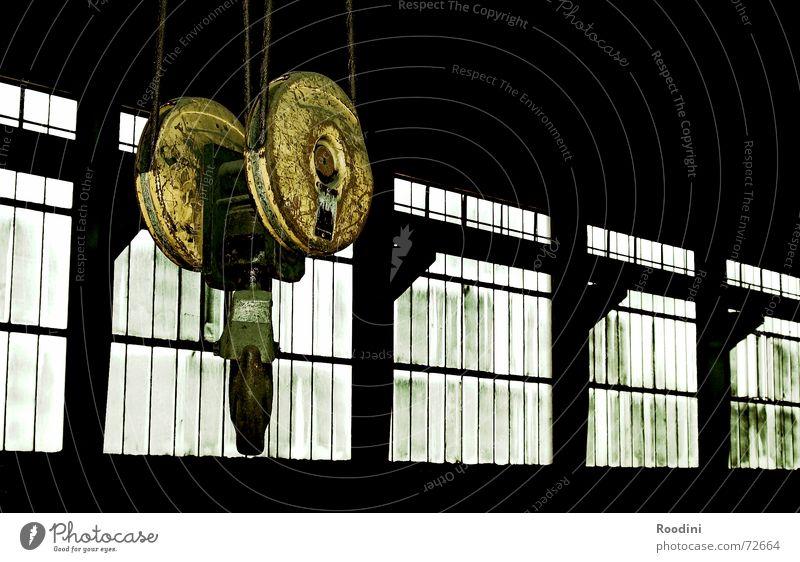 anhänglich Kran Haken Fabrik Maschine Stahl Zeche aufhängen heben Gewicht Werkstatt Fenster abrissreif Ruine Lastenaufzug Lagerhalle werkshalle
