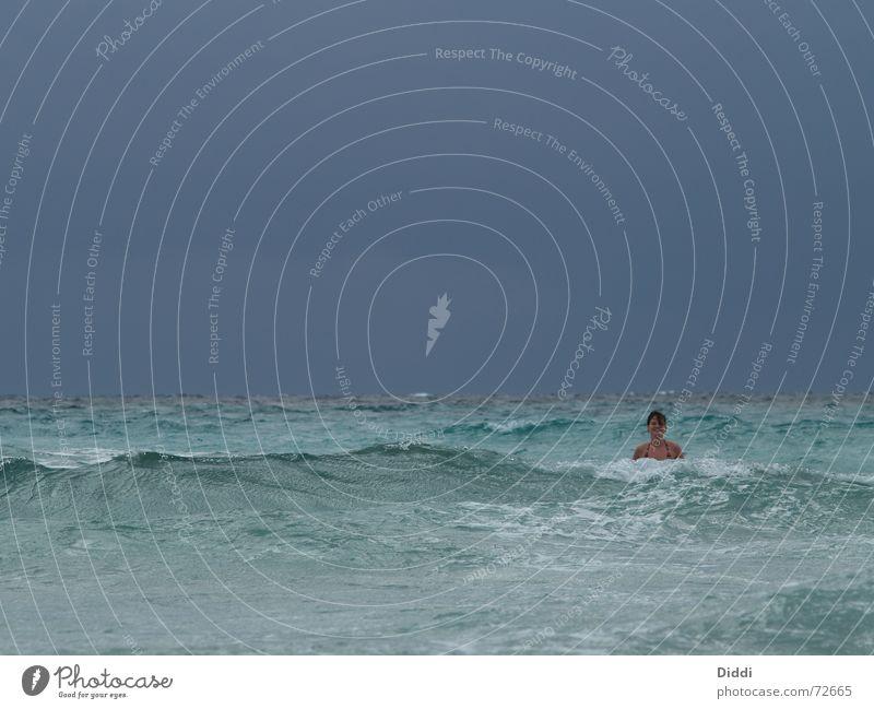 Allein im Meer Frau Wasser Ferien & Urlaub & Reisen Freude Strand Einsamkeit Freiheit Wellen Schwimmen & Baden Suche Brandung Nixe