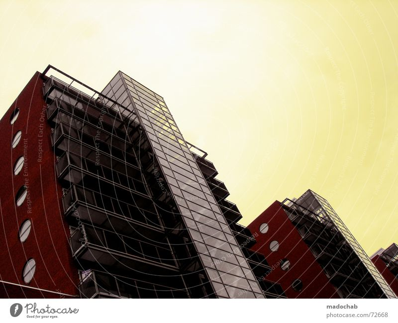 HIGH AND RAISING | hochhaus gebäude architektur Haus Gebäude Block Hochhaus rot gelb Himmel Gitter Material Mauer Beton Bullauge Fenster Treppenhaus