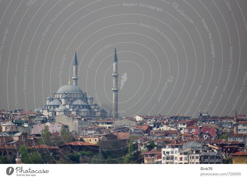 Dunkle Wolken über Istanbul Tourismus Städtereise Gewitterwolken Sonnenlicht schlechtes Wetter Türkei Stadt Stadtzentrum Skyline Haus Moschee Minarett