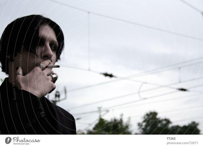 gleich gehts weiter... Himmel dunkel kalt grau Kreis bedrohlich Zigarette Hochspannungsleitung Stromtransport