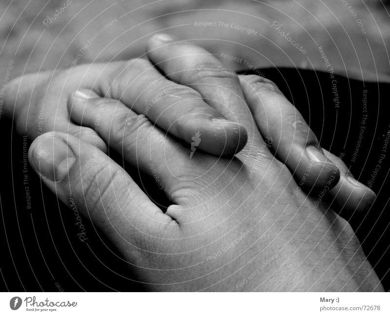 Hände Hand gefaltet ruhig Außenaufnahme Gitarrenspieler Schwarzweißfoto Nahaufnahme