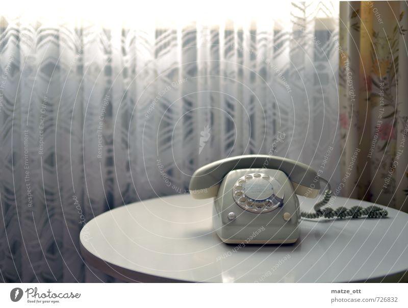 Anruf aus der Vergangenheit Vorhang Tisch Telefon Telefonhörer Wählscheibe Telefonkabel hören Kommunizieren sprechen Telefongespräch alt historisch rund