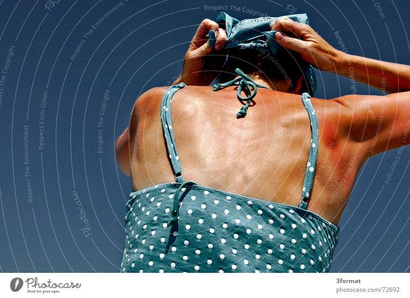 kopftuch01 Frau Hand Himmel Meer blau Sommer Ferien & Urlaub & Reisen Freiheit Wärme Wind Physik Punkt Ostsee Rügen Knoten Salz