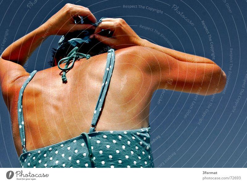 kopftuch02 Frau Hand Himmel Meer blau Sommer Ferien & Urlaub & Reisen Freiheit Wärme Wind Physik Punkt Ostsee Rügen Knoten Salz