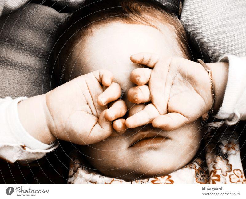 Tired Little Baby Kleinkind retro Hand geschlossene Augen schlafen Finger Zuneigung Schutz Armband zart verwundbar Kind Kinderaugen glänzend Wimpern