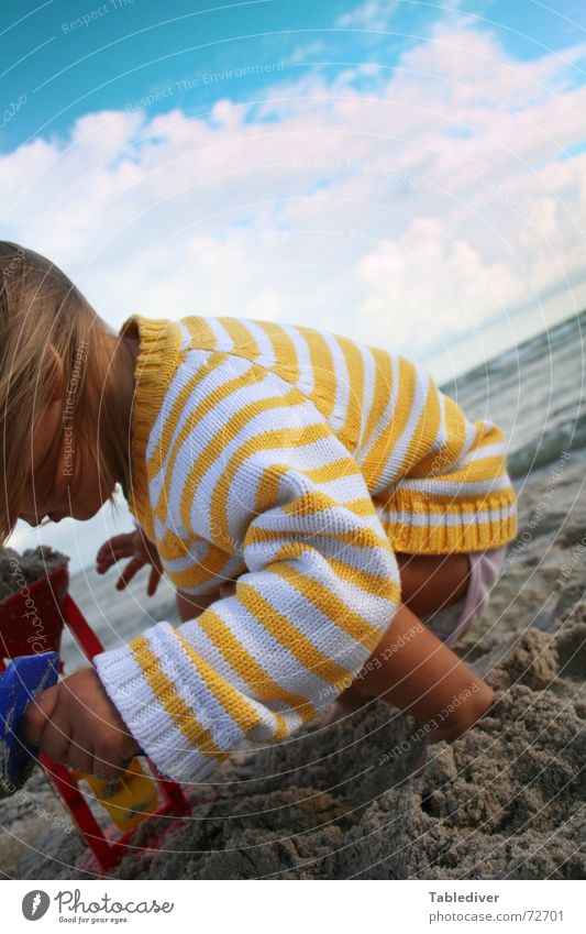 play <--> elements Kind Kleinkind Mädchen Strand Sandstrand See Meer Wellen Wolken schlechtes Wetter Wind Leidenschaft Sandburg Spielen untergehen Wasser Himmel