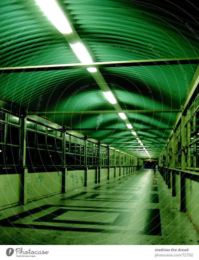 mi walk alone inna di dark grün Einsamkeit dunkel Berlin Fenster Beleuchtung leer Perspektive gefährlich bedrohlich Fliesen u. Kacheln Quadrat Tunnel Neonlicht