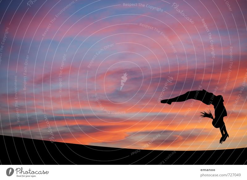 Flick Flack Mensch Himmel Jugendliche blau Junge Frau Landschaft Wolken Freude schwarz feminin Sport Stil springen Horizont Wetter orange