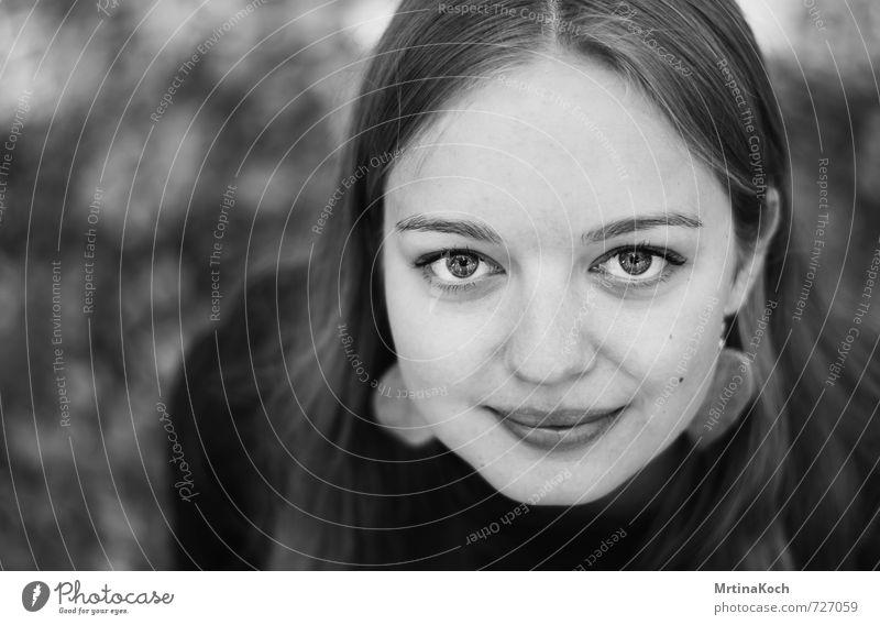 nowhere now. feminin Junge Frau Jugendliche 1 Mensch 18-30 Jahre Erwachsene Freude Glück Fröhlichkeit Zufriedenheit Lebensfreude Frühlingsgefühle selbstbewußt
