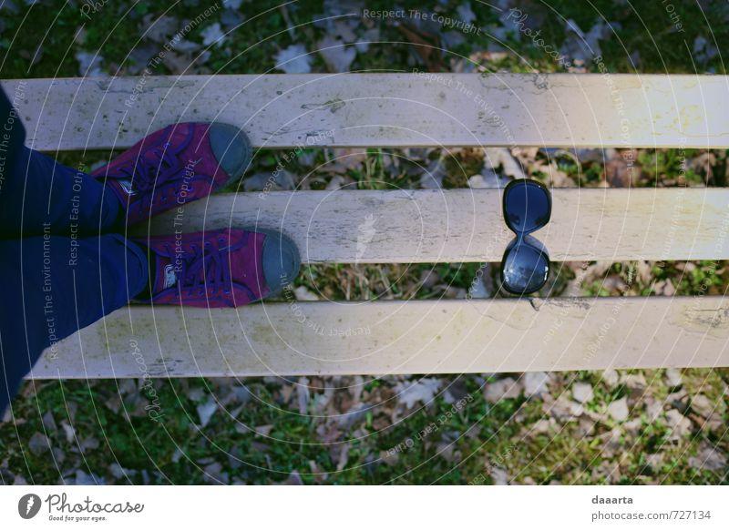 Frühlingsaccessoires Lifestyle Stil Freizeit & Hobby Spielen Ferien & Urlaub & Reisen Ausflug Abenteuer Freiheit Garten feminin Beine Sonnenbrille Turnschuh