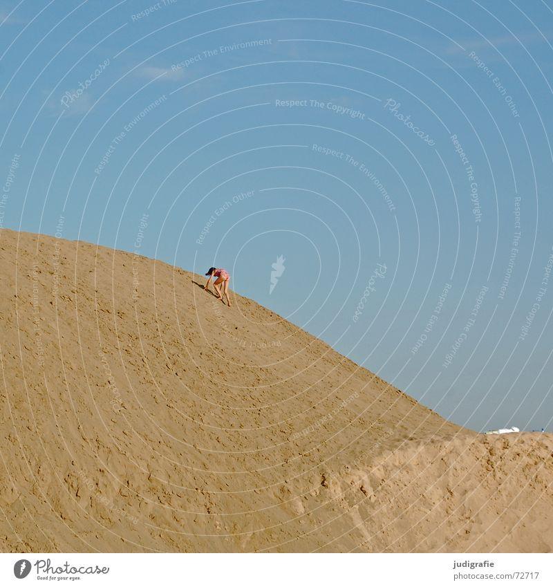 Gleich oben Kind Mädchen Himmel blau Sommer Berge u. Gebirge Sand klein hoch Klettern Schwimmen & Baden Hügel aufwärts Barriere Kies