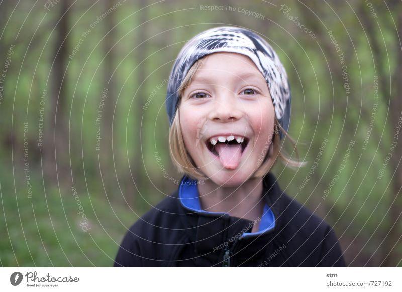 glückskind Spielen Mensch feminin Kind Mädchen Kindheit Leben Zunge Zähne Zähne zeigen 1 3-8 Jahre 8-13 Jahre Natur Mütze blond Gefühle Tugend Laster Freude