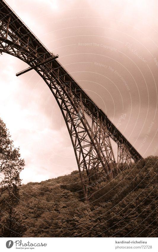 Stählerner Gigant Eisenbahn Stahl verbinden überbrücken Wupper Wolken Bergisches Land müngstener brücke Niete Berge u. Gebirge Tal Schwarzweißfoto Himmel