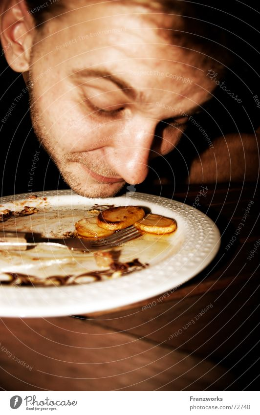 Der dümmste Bauer... Teller Bratkartoffeln Mahlzeit Gabel skeptisch Appetit & Hunger Mittagessen Ernährung Typ Nase Geruch Kartoffeln Interesse appetit Essen